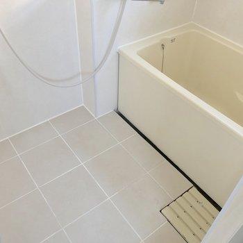 柔らかいタイルのバスルーム(※写真は清掃前です)