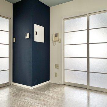 【DK】洋室が90°に配置されています。まずは左のお部屋から。