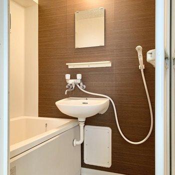 浴室は2点ユニット。ブラウンのクロスがアクセントに。※写真はクリーニング前のものです