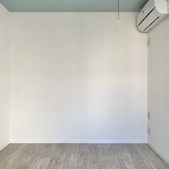 【洋室5.4帖】壁沿いの棚やテレビを置こうかな。
