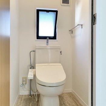 温水洗浄機能付きのトイレには窓があり、換気も簡単ですね。※写真はクリーニング前のものです