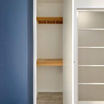 【洋室5.4帖】小さめな家具家電を置くのに良さそうです。
