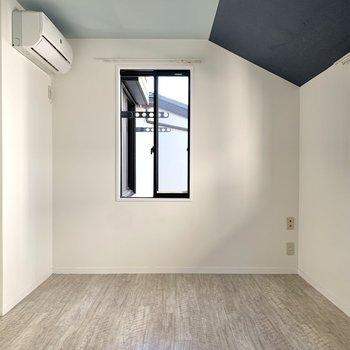 【洋室5.3帖】こちらもエアコン付き。どちらを寝室にするか迷ってしまいそう。
