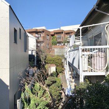 【洋室5.4帖】外干ししながら見える眺望はご近所さんと空模様。