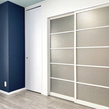 【洋室5.4帖】紺の柱の横に収納があります。