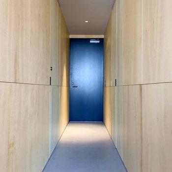 廊下部分へ。左右の壁に扉があります。