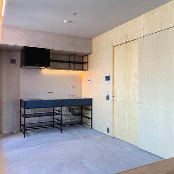 キッチンの右側に、廊下への扉があります。