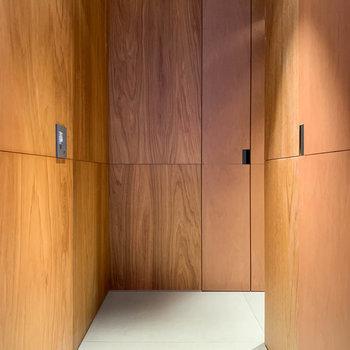 廊下から玄関へは、カクッと一回曲がる作り。