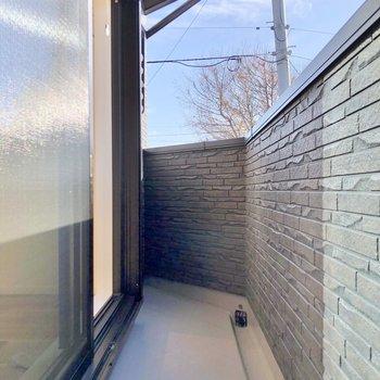 窓にはシャッターと物干し竿掛け付きです。
