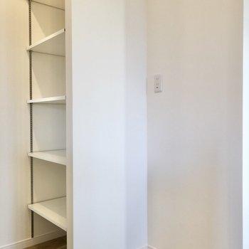 【LDK】キッチンの前には食器を置ける棚と冷蔵庫置き場があります。