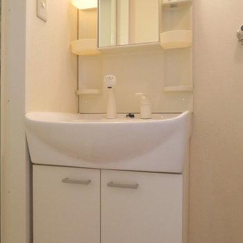 洗面台は普通な感じ ※写真は3階同間取り・別部屋のものです。