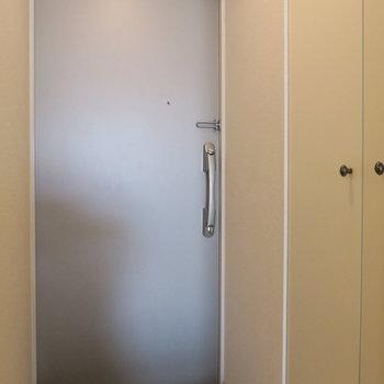 玄関収納もありますよ! ※写真は3階同間取り・別部屋のものです。