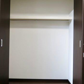 クローゼットと(※写真は1階の反転間取り別部屋のものです)