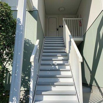 階段を上がって。2階まですぐですよ。