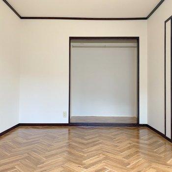 収納はオープンクローゼット。お部屋を広く感じるので個人的にすきだ。