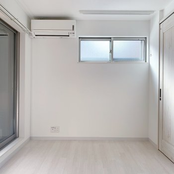 ベッドはあそこかな?テレビの端子もあるので、延長コードがあればより自由に家具も置けますよ!