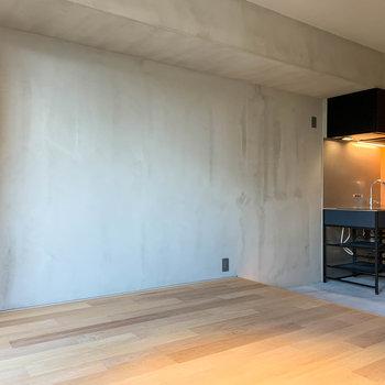 サイドには手塗りの壁。表情が素敵なのです。※写真は3階の同間取り別部屋のものです