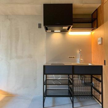 キッチンは土間部分に、収納のラックも付いています。※写真は3階の同間取り別部屋のものです