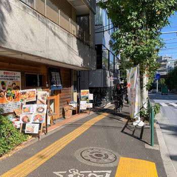お部屋の周辺には、ご飯屋さんや陶器のお店。