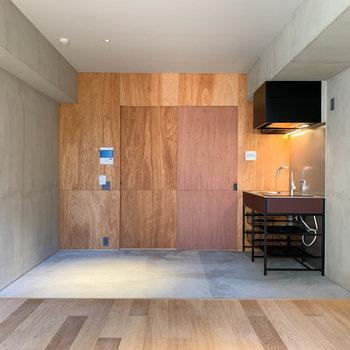 ベランダ側から見ると。こちらの壁には木材を使用しています。※写真は3階の同間取り別部屋のものです
