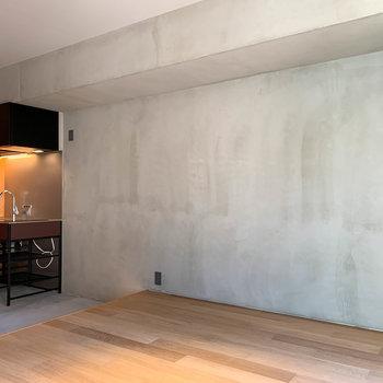 サイドには手塗りの壁。表情が素敵なのです。※写真は3階の同間取り別部屋、前回募集時のものです