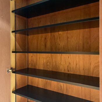 玄関側にシューズ棚。足数も置けそうです。※写真は3階の同間取り別部屋、前回募集時のものです