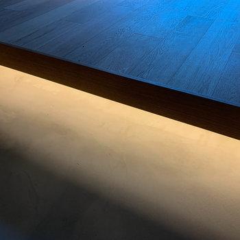 【ディテール】土間と無垢床、段差の間に間接照明。お部屋の雰囲気を高めてくれます。※写真は3階の同間取り別部屋、前回募集時のものです
