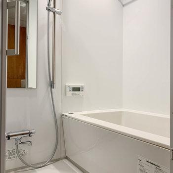 浴室乾燥や暖房、追い炊き機能の付いたお風呂です。※写真は3階の同間取り別部屋、前回募集時のものです