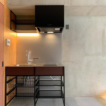 キッチンは土間部分に、収納のラックも付いています。※写真は3階の同間取り別部屋、前回募集時のものです