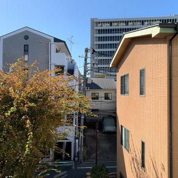 眺望は南東向き。向かいの建物が見えます。※写真は3階の同間取り別部屋のものです