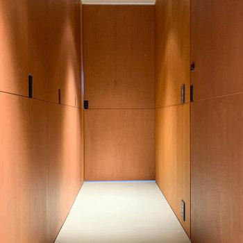 玄関を開けたら見える光景です。木板の雰囲気が素晴らしい。※写真は3階の同間取り別部屋のものです