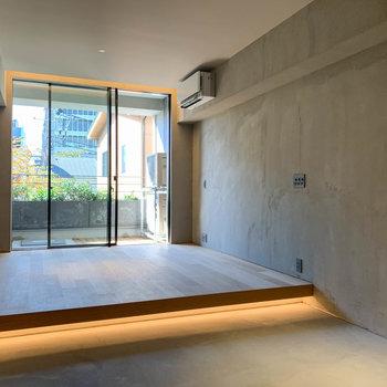 土間と無垢床で、生活エリアを分けた空間です。※写真は3階の同間取り別部屋のものです
