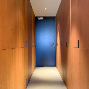 廊下部分へ。左右の壁は引き戸になっています。※写真は3階の同間取り別部屋のものです