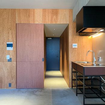 扉を開けると、廊下へ繋がります。※写真は3階の同間取り別部屋のものです