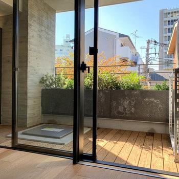 ウッドデッキのバルコニー。植栽を配置し、景色としても美しい仕上がりに。※写真は3階の同間取り別部屋のものです