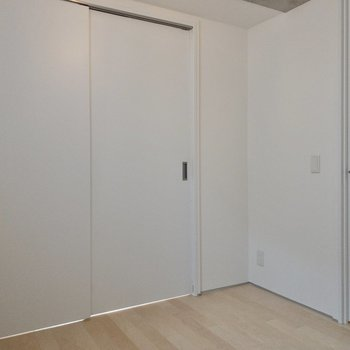 【洋室】ドアを開ければ、開放感が生まれます。