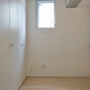 【洋室】こちらは廊下側から見た洋室です。