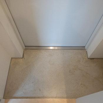 玄関を隠すドアは引き戸になっています。開けると細長い玄関が。※写真は2階の同間取り別部屋のものです。