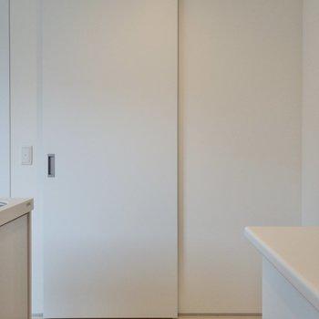 キッチンから見た玄関です。ドアが閉められるのは嬉しい!※写真は2階の同間取り別部屋のものです。