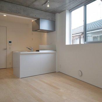 【LDK】キッチンにも光が差し込んでいますね。※写真は2階の同間取り別部屋のものです。