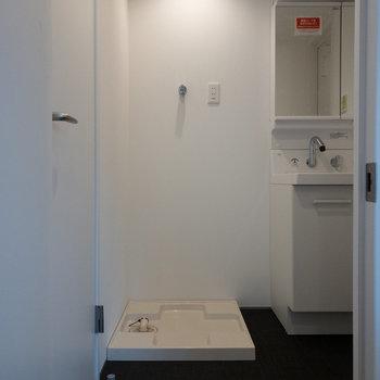 左のドアはトイレです。※写真は2階の同間取り別部屋のものです。