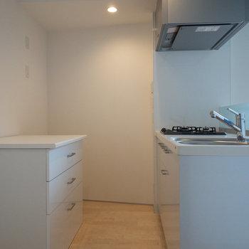 左側にサニタリーにつながるドアがあります。※写真は2階の同間取り別部屋のものです。