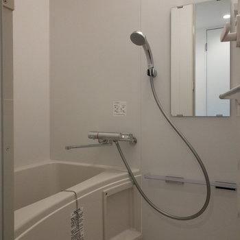 お風呂もぴかぴかです。※写真は2階の同間取り別部屋のものです。