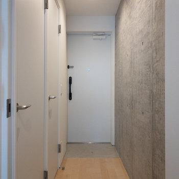 奥がトイレ、手前がサニタリーです。※写真は4階の同間取り別部屋のものです。