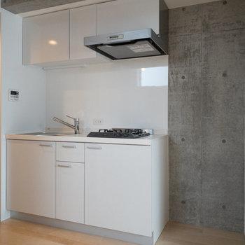 冷蔵庫とラックも置けそうなスペースうがあります。※写真は4階の同間取り別部屋のものです。