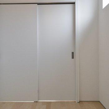 【洋室】こちらにも窓があって明るいですね。※写真は4階の同間取り別部屋のものです。