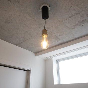 【洋室】照明が可愛いんです。※写真は4階の同間取り別部屋のものです。