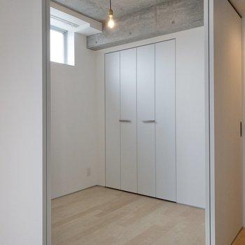 【洋室】開けると開放感があります※写真は4階の同間取り別部屋のものです。