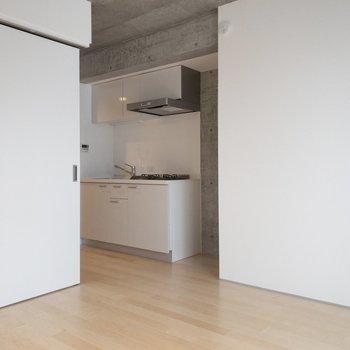 【LDK】テレビの線は右側にあります。※写真は4階の同間取り別部屋のものです。