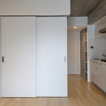 【LDK】洋室とは扉で空間を分けられます。※写真は4階の同間取り別部屋のものです。
